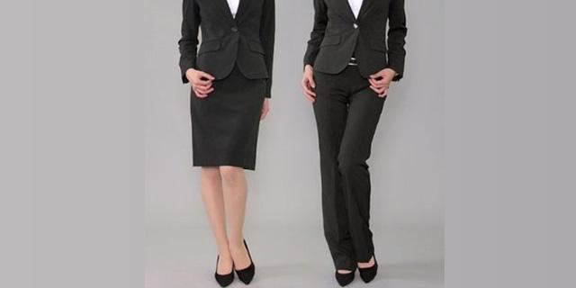 女性のスーツ