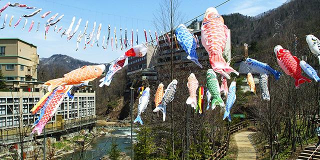 定山渓温泉渓流鯉のぼり